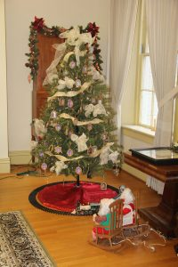 Decorated tree in the Gallaudet-Clerc parlor at Jacobs Hall.
